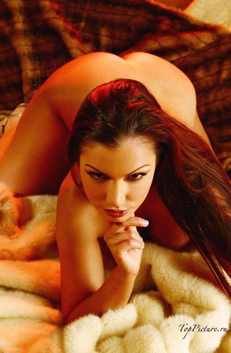 Красивые цыпочки сексуально стоят на четвереньках
