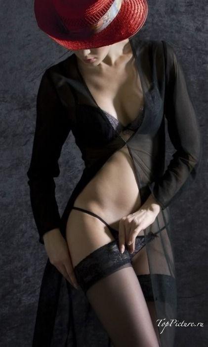 Роскошные девки сексуально красуются на камеру