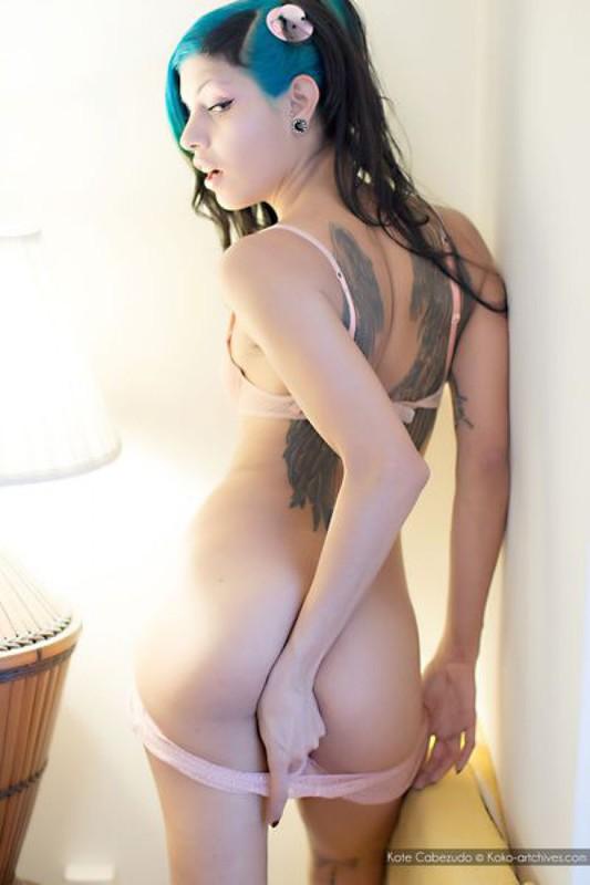 Жгучая неформалка в своей комнате намерена снять нижнее белье