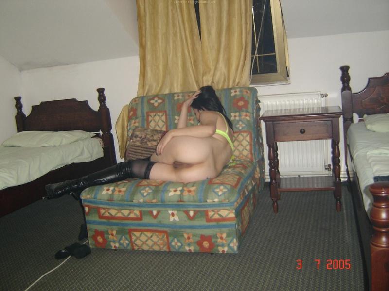Пошлая брюнетка игриво позирует у себя дома
