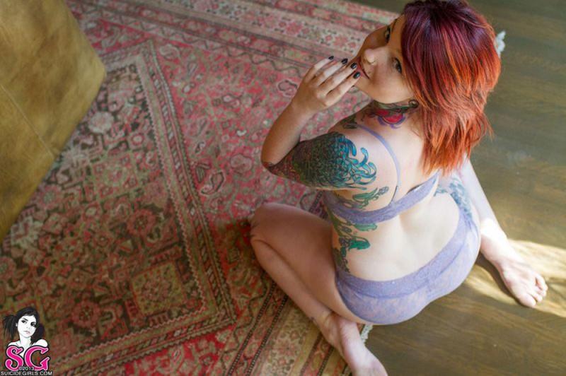 Татуированная рыжуха в голом виде разлеглась на полу