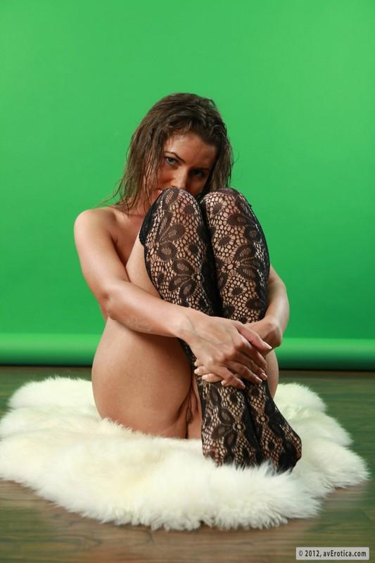 Тёлка блистает дойками на светлом коврике около хромакея