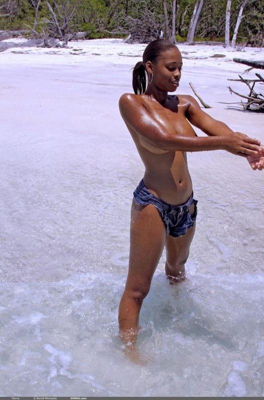 Обнаженная негритянка сексуально позирует под открытым небом