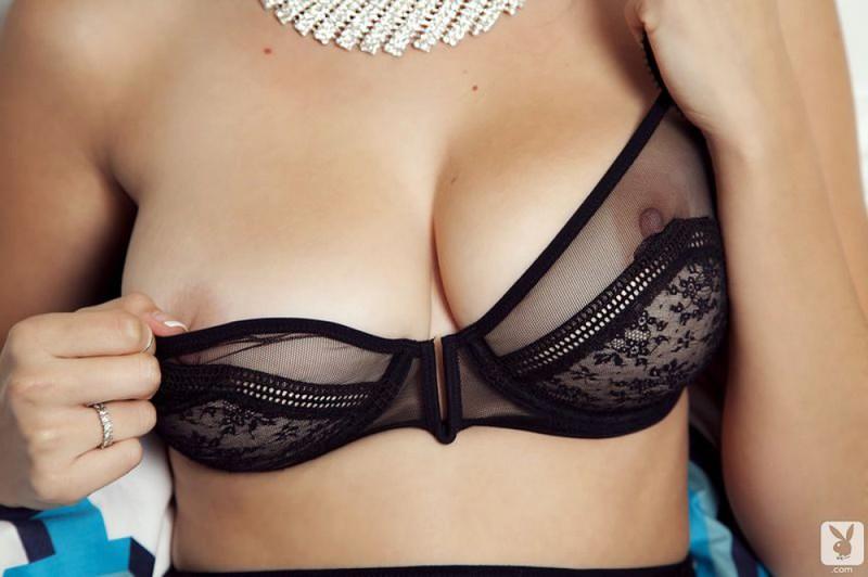 Сексуальная давалка на лежанке соблазнительно красуется в белье