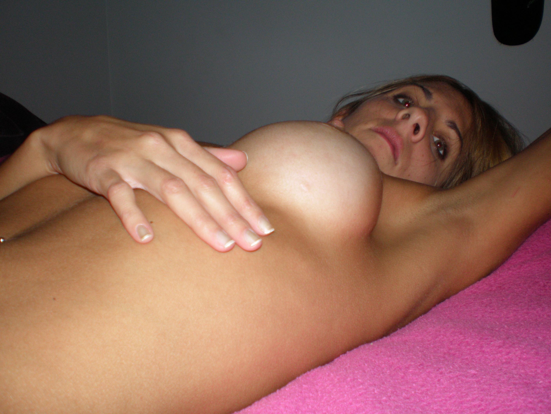 Длинноногая кокетка позирует перед оральным сексом