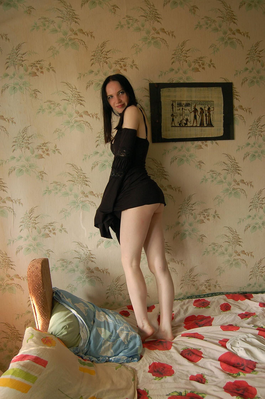 Озабоченная темненькая девушка жадно отсасыват хер в гостях