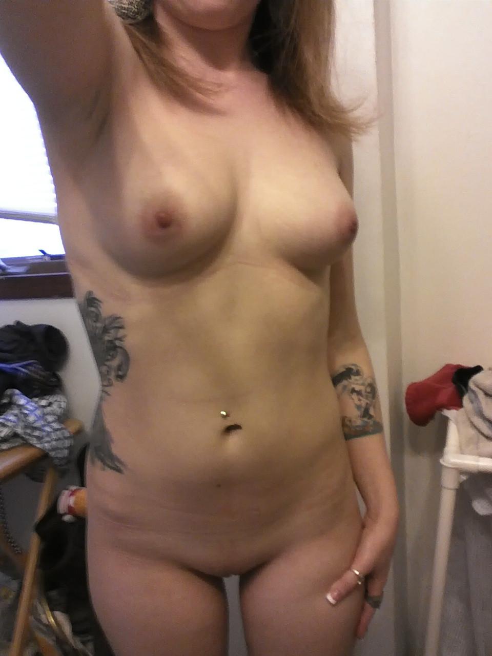 Татуированная особа женского пола в гардеробной стаскивает на камеру голенькую задницу секс фото