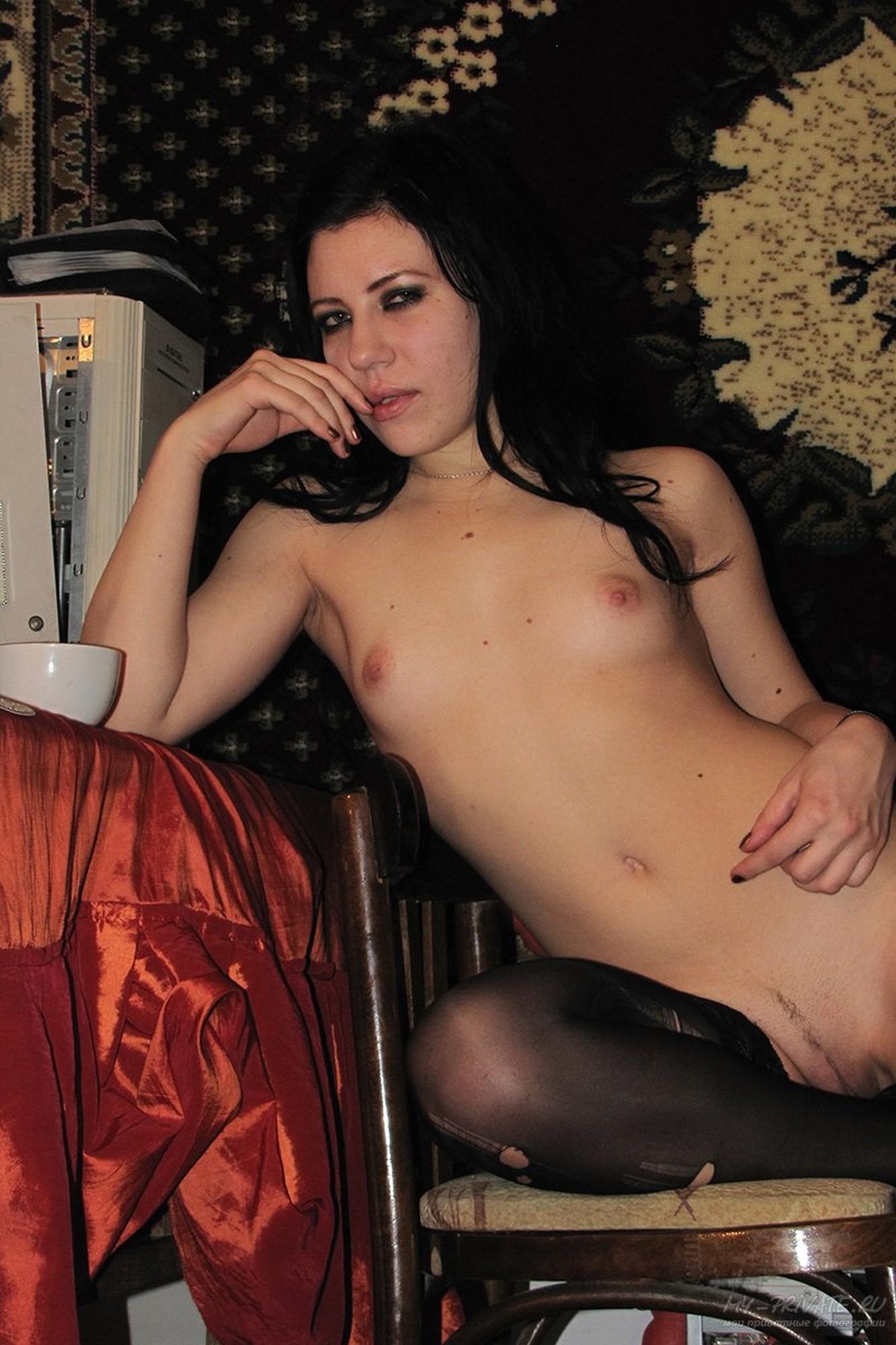 Темненькая девушка дрочит у себя дома в одних носках