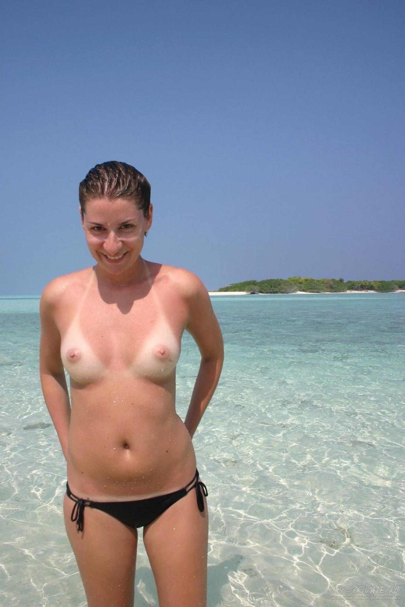 Полностью голая сучка загорает на большом гамаке