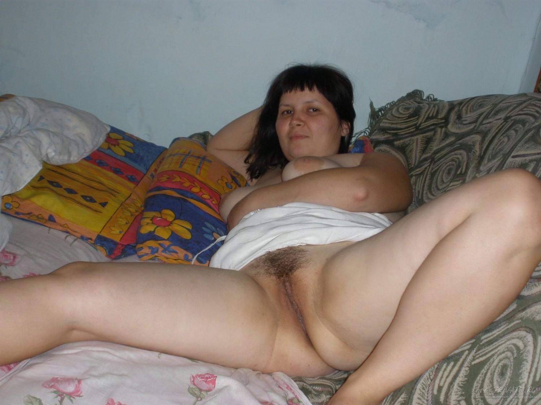 Полненькая мамаша светит сочной мандой на диване