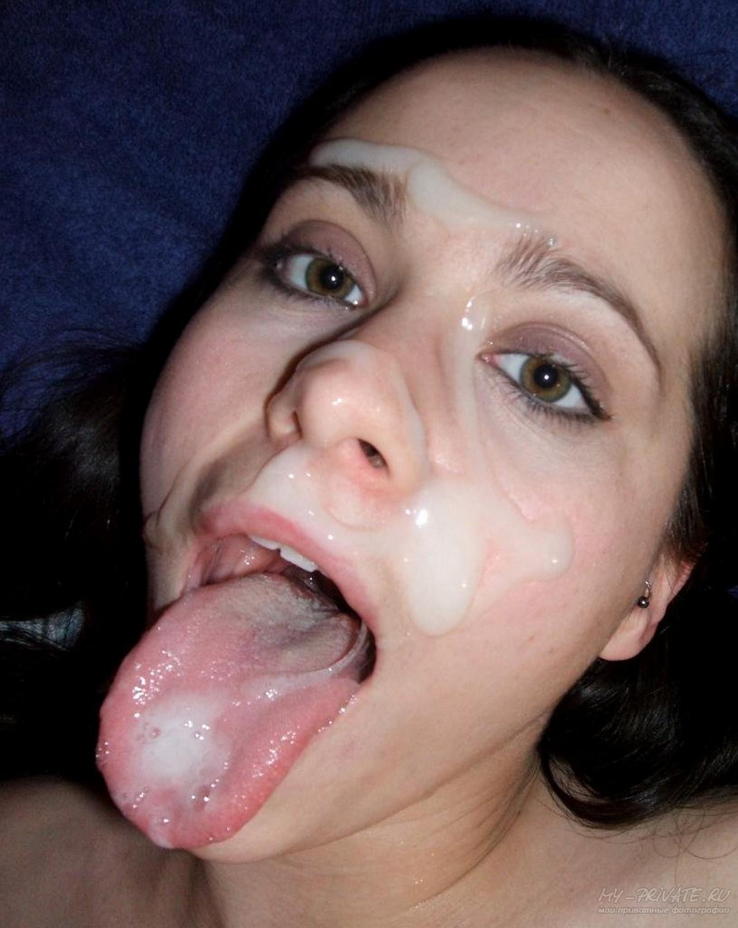 После минета пышногрудая баба получила на лицо немало спермы