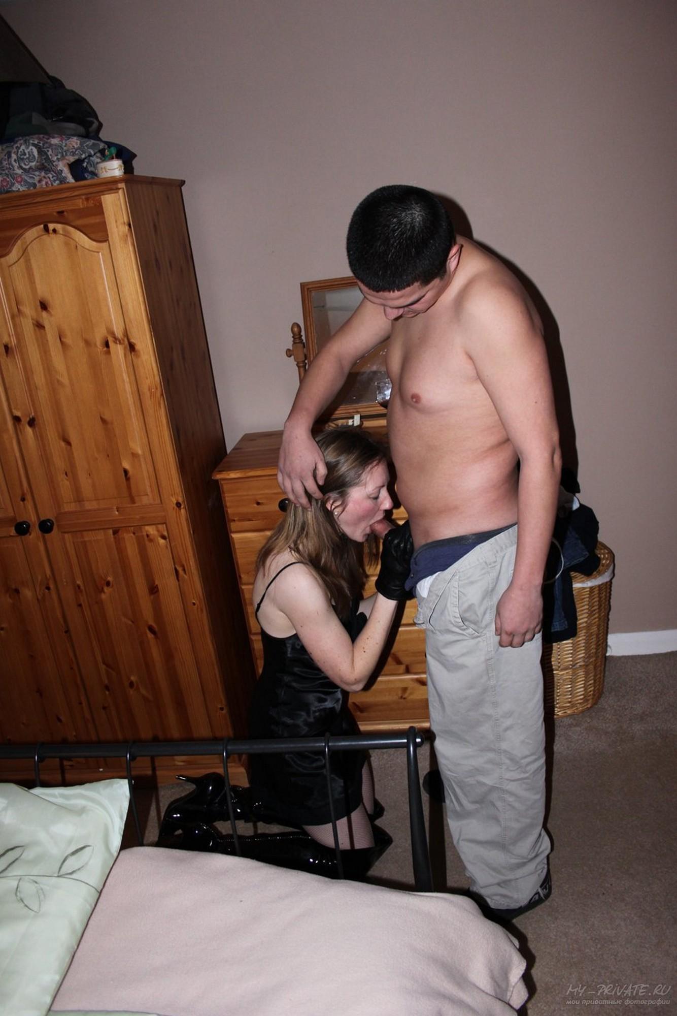 Озабоченная жена сношается с мужем в кроватке
