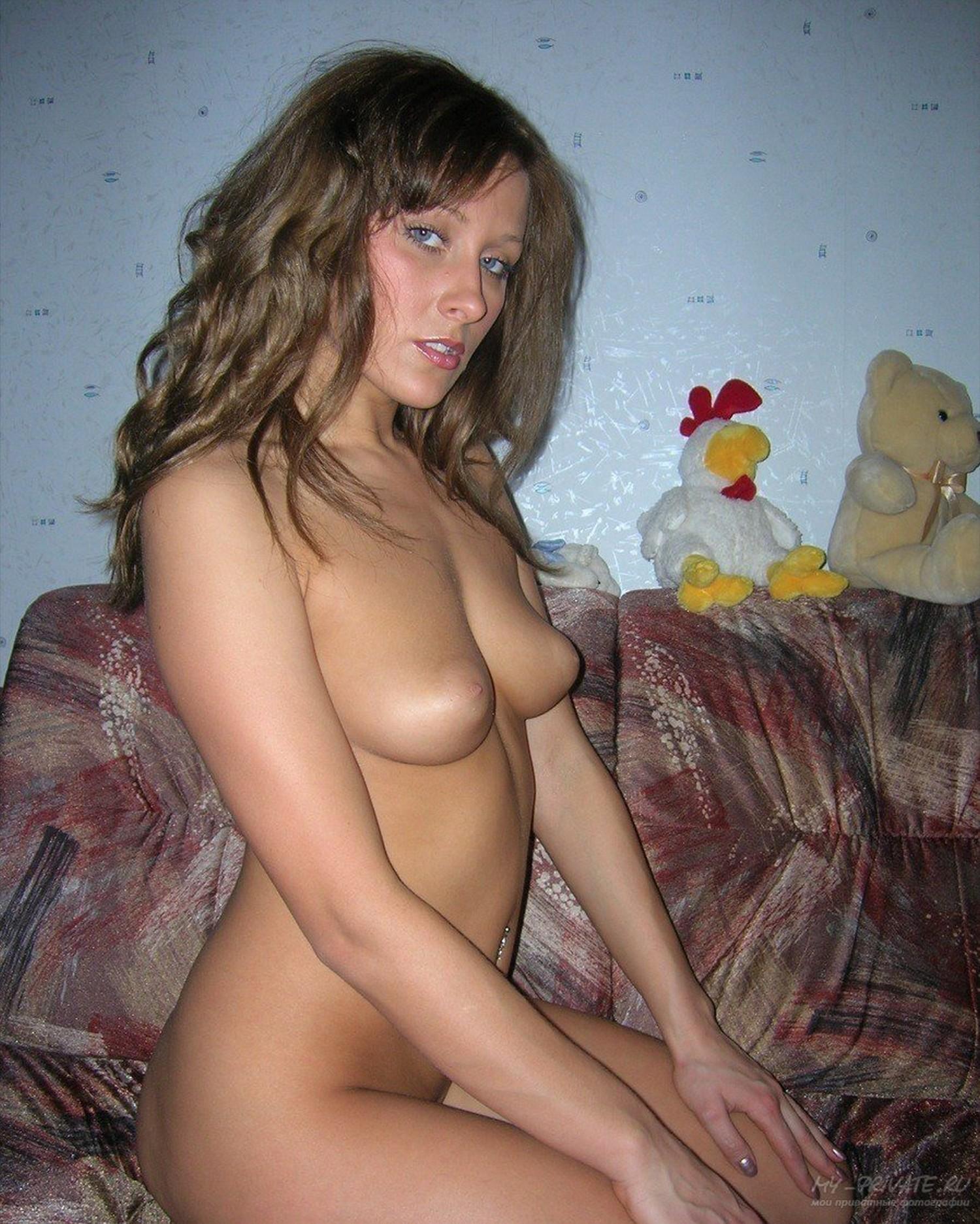 Стройная девушка разделась догола в квартире
