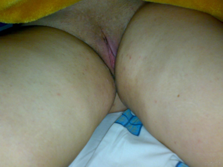 Самец спускает писю спящей в кровати проститутки