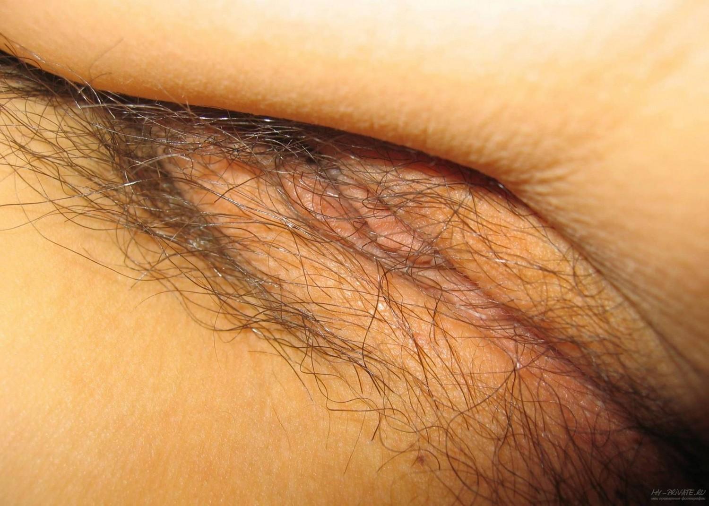 Тайка с волосатой вульвой лижет писю в лежанке