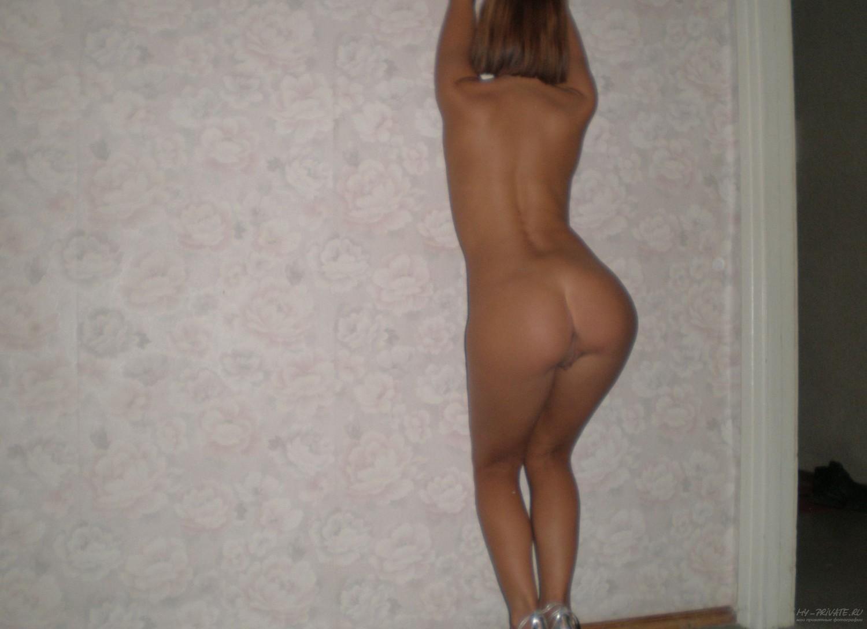 Привлекательная деваха развратничает в гостях смотреть эротику