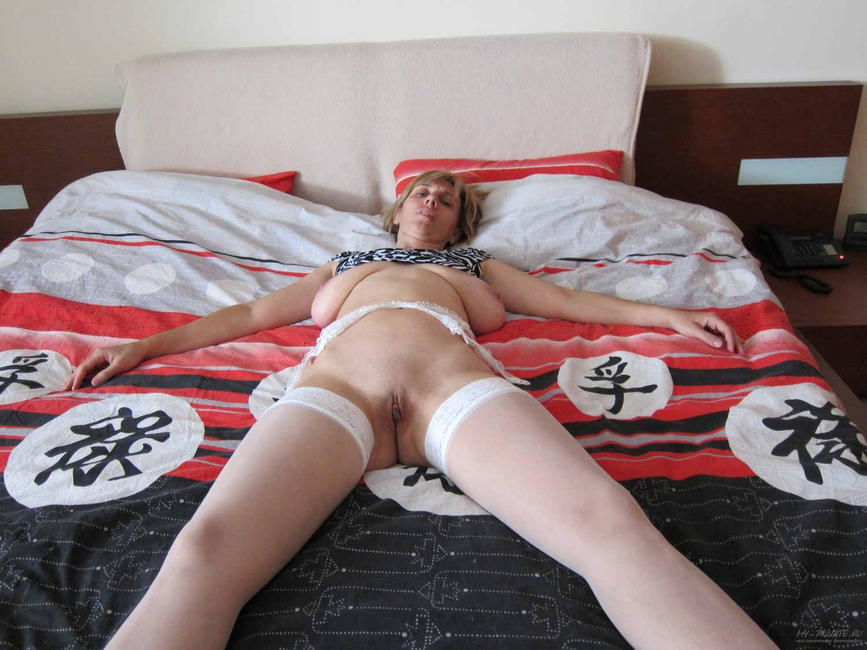 Баба с обвисшими бидонами развалилась на кровати