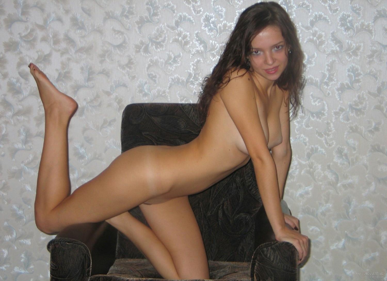 19-летняя девка в своей квартире показывает нагое тело