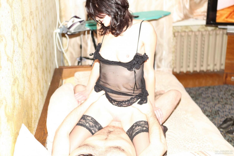 Мамка на кровати трахается со своим удовлетворителем