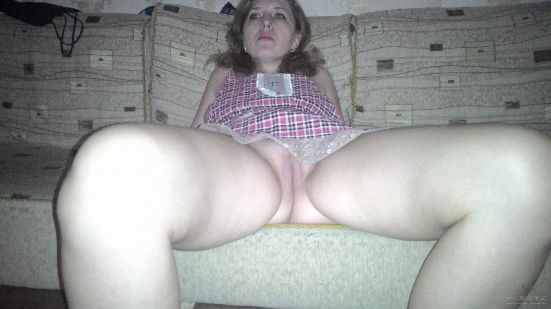 Прислуга сидит на диване в фартуке надетом на голые сиськи