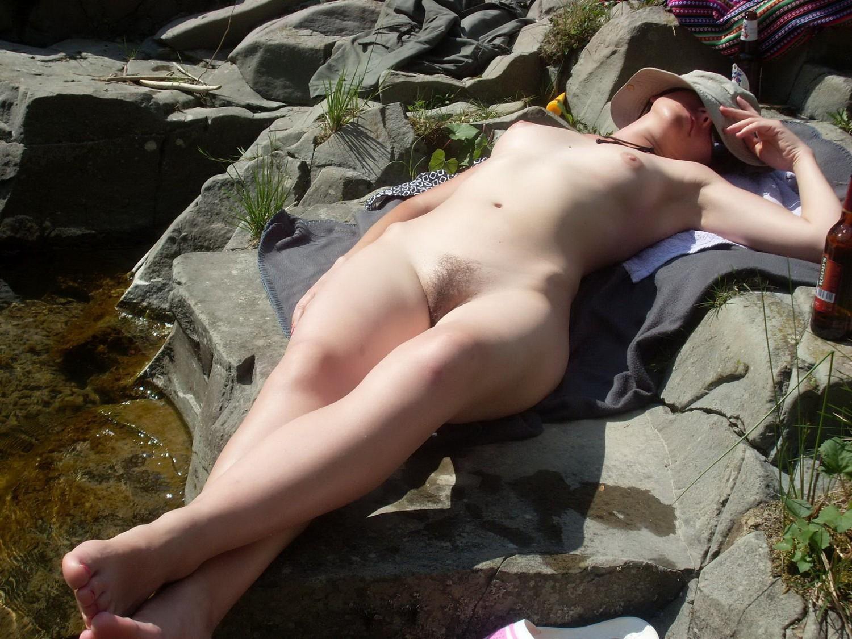 Голая кобыла принимает солнечные ванны около горного ручья секс фото