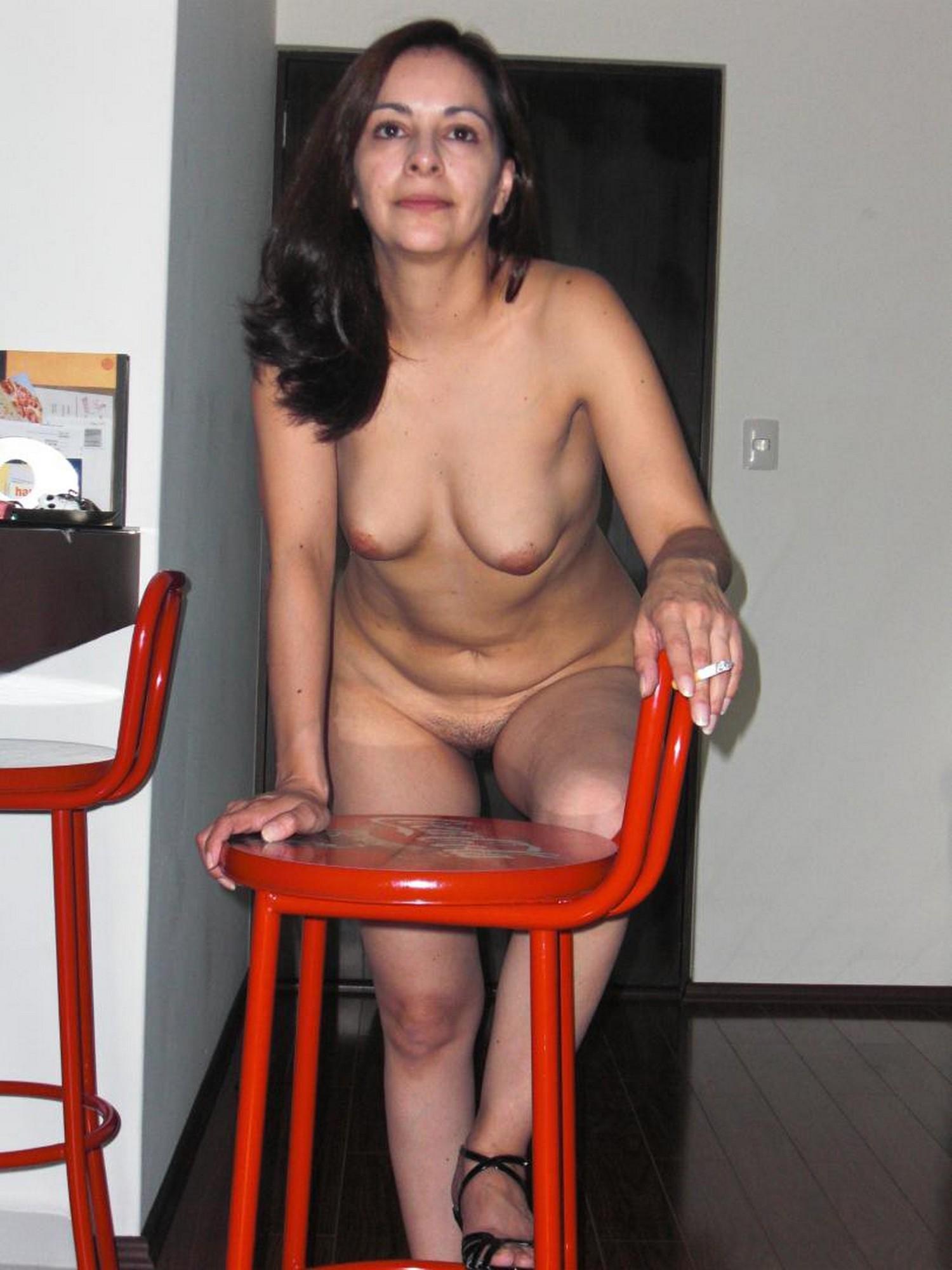Полная женщина дома с радостью показывает волосатую промежность