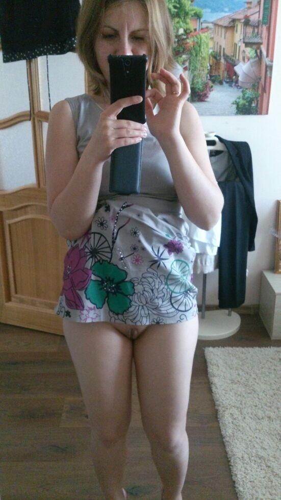 У себя в квартире тёлка обнажает письку секс фото