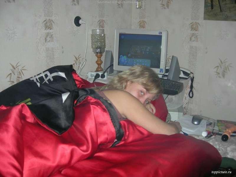 В спальне бабенка развратничает в красном белье