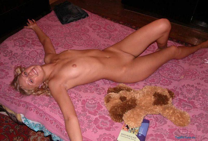Молоденькая принцесса хвастается стройным телом на кровати