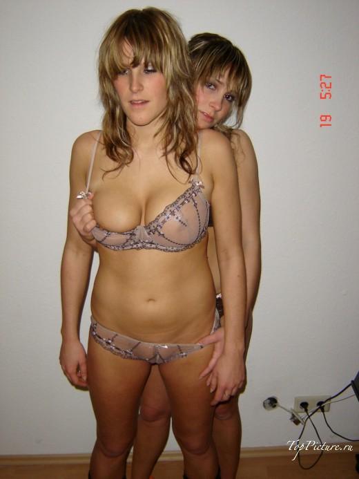 Очаровательные лесбиянки позируют в квартире в одном белье