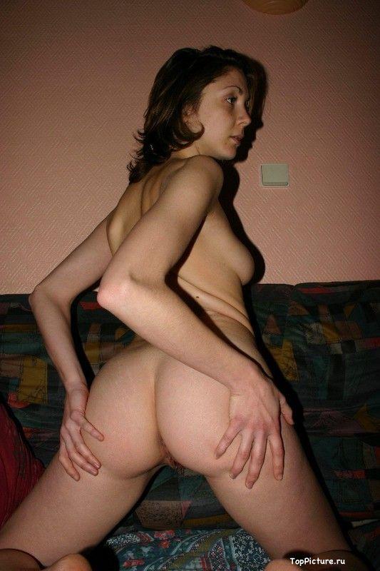 Возбуждающая барышня занимается сексом возле стены секс фото