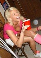 На вечеринках девки не стыдятся немного оголять титьки 16 фотография