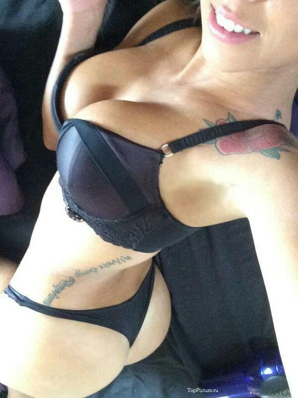 Красивые телки запечатлевают перед камерой голая грудь