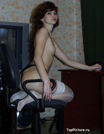 В своей квартире бляди светят обнаженной вагиной раздвигая ноги