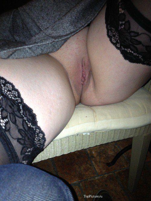 Миловидные бабы обнажают свои писечки не раздеваясь секс фото