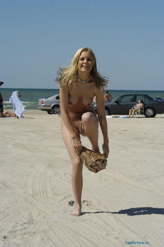 Голая сучка играется на море летом