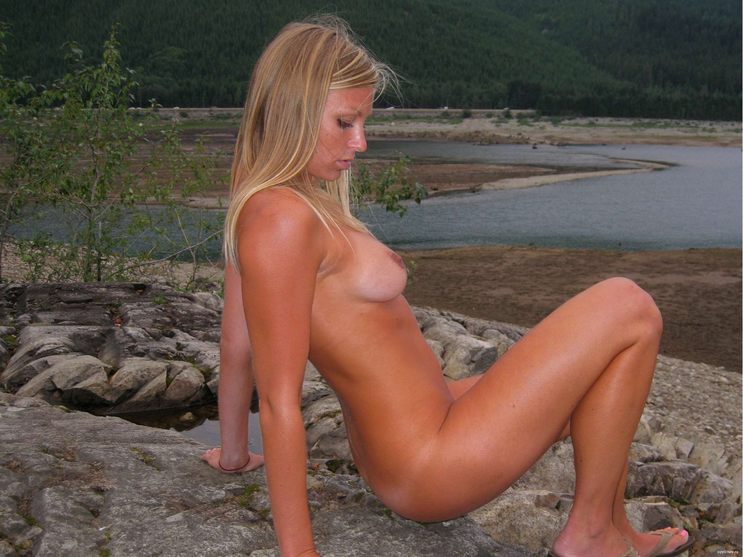 Марамойка без стыда показывает голое тело в разных местах