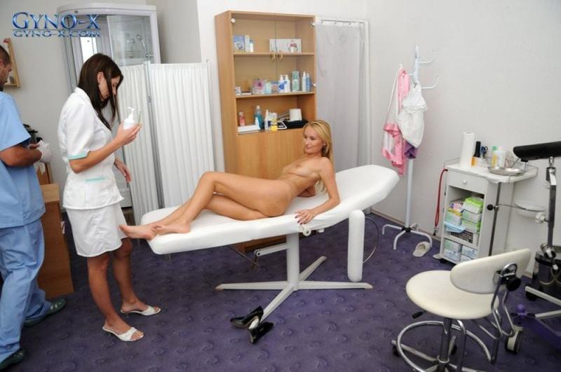 Доктор заснул пальцы в попку стоящей рачком пациентке