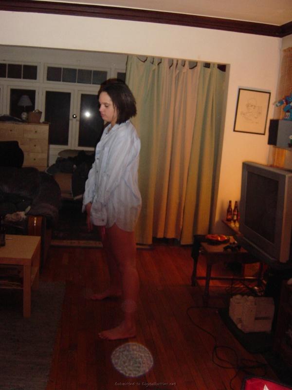 Похотливая темноволосая девка в комнате полностью оголилась
