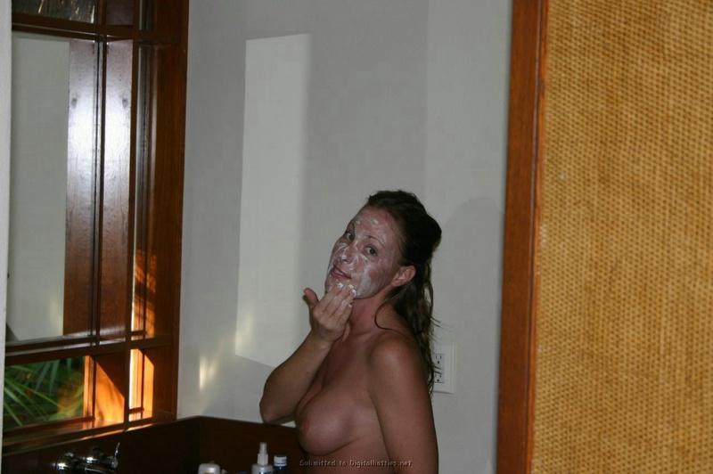Мамаша с искуственными дойками моется перед шалостями смотреть эротику