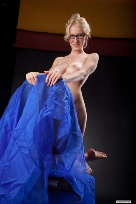 Голая преподавательница показывает нагое тело в студии
