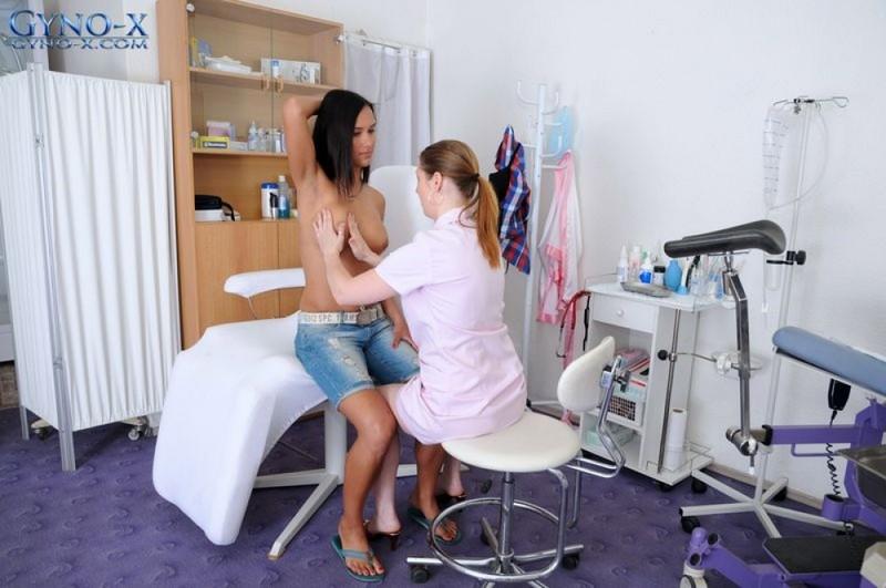 Голая брюнеточка сидит в гинекологическом кресле перед медсестрой