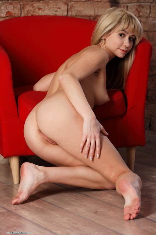 Стройняшка полностью разделась на красном кресле