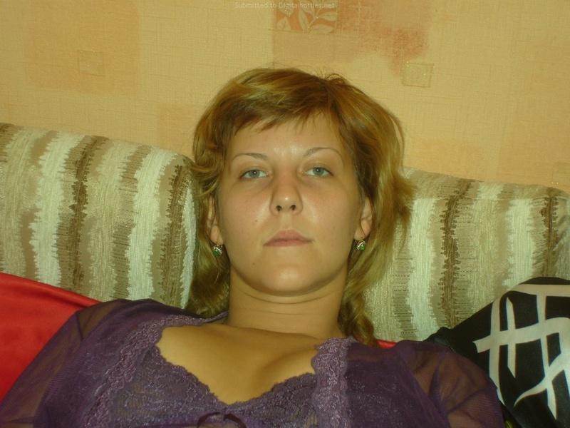 Супруга лижет на постели после соблазнительной прелюдии