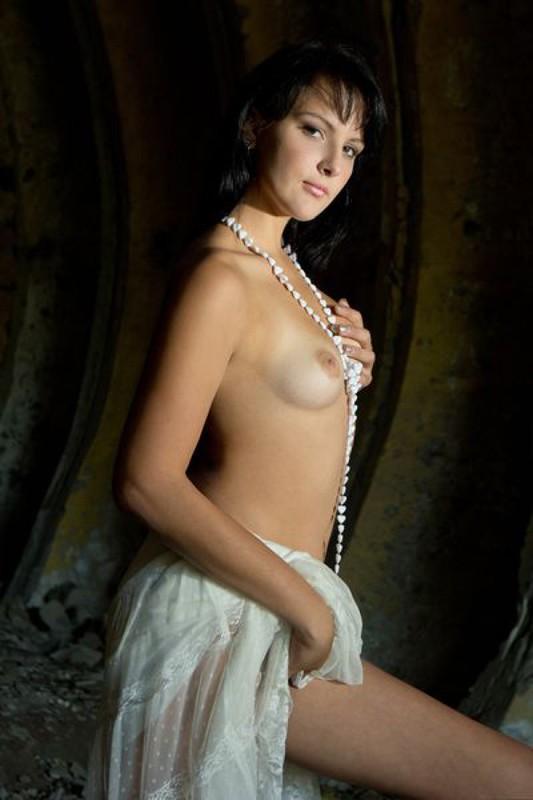Роскошная девка без нижнего белья забавляется в заброшенном здании