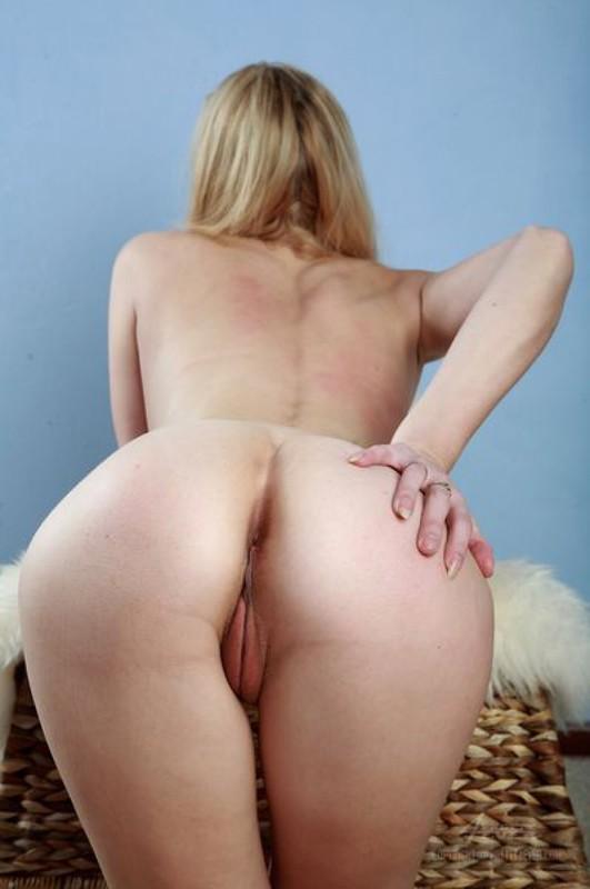 Длинноволосая сучка обнажила сиси с киской у себя дома