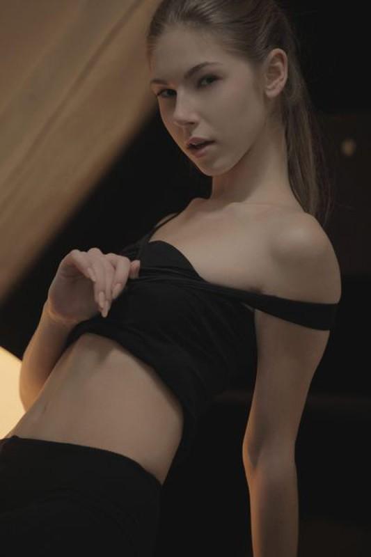 Спортивная сучка позирует в черных лосинах в апартаментах