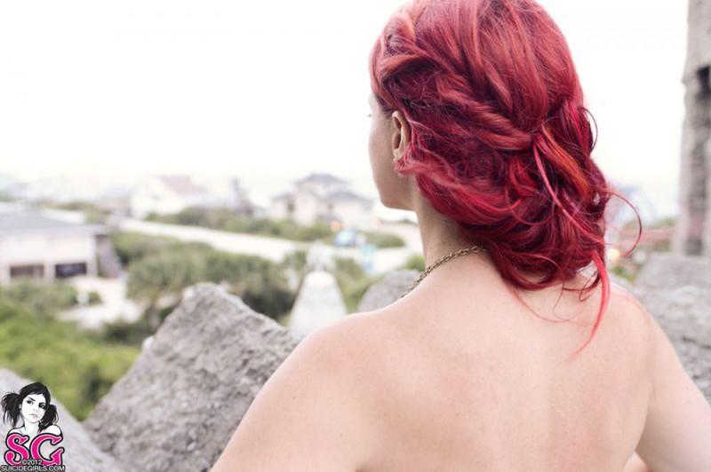 Прекрасная шлюшка без нижнего белья делает селфи вблизи от стен замка смотреть эротику