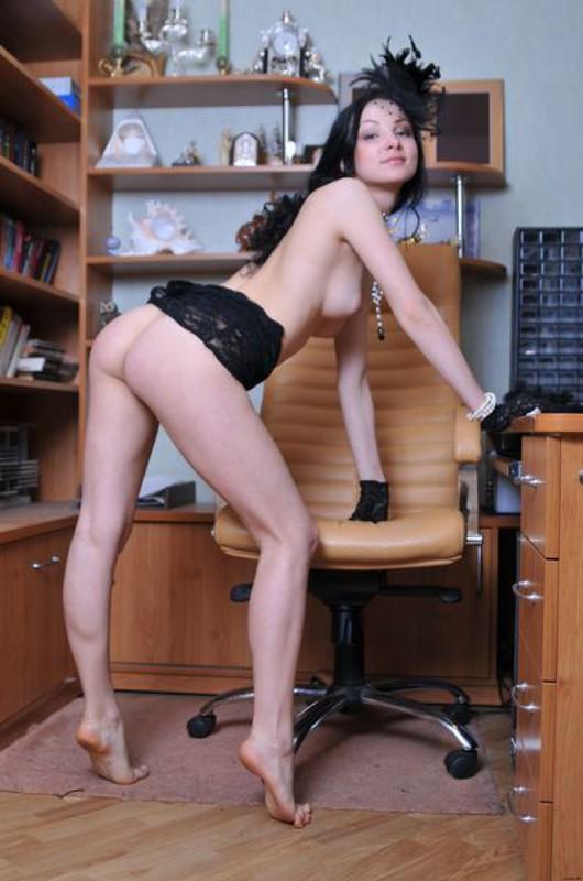 Элегантная вдова развратно позирует в свое кабинете