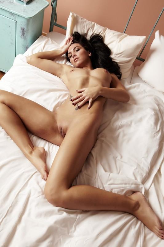Нагая цыпочка валяется на двуспальной кровати